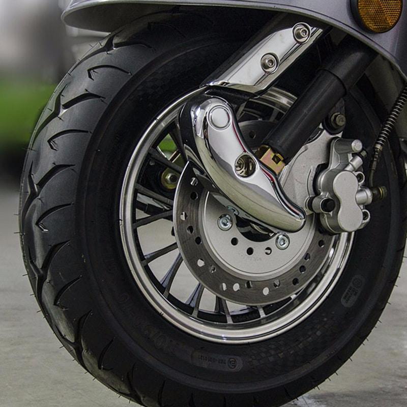 Scooter électrique Woolib RT gris anthracite, détail pneu et freins avant